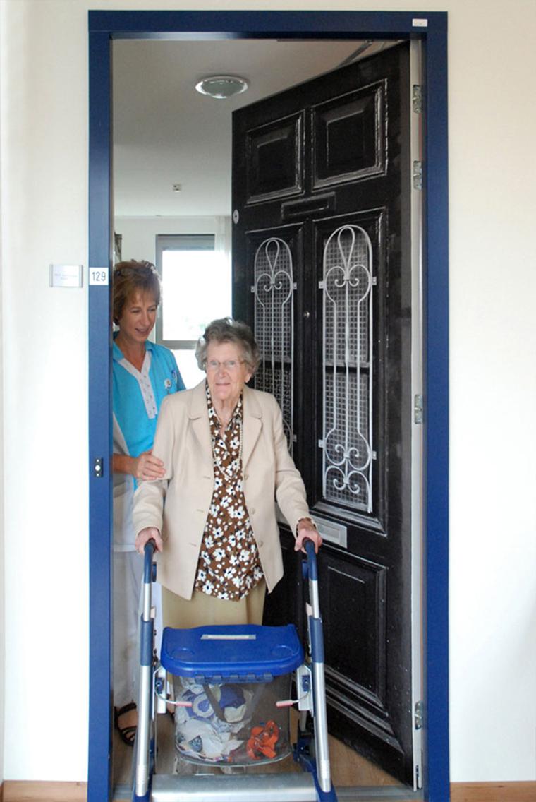 Empresa recria portas de idosos internados com demência para que possam se sentir em casa 8