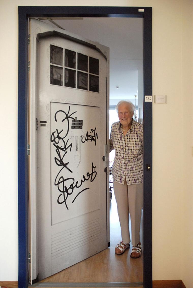 Empresa recria portas de idosos internados com demência para que possam se sentir em casa 6