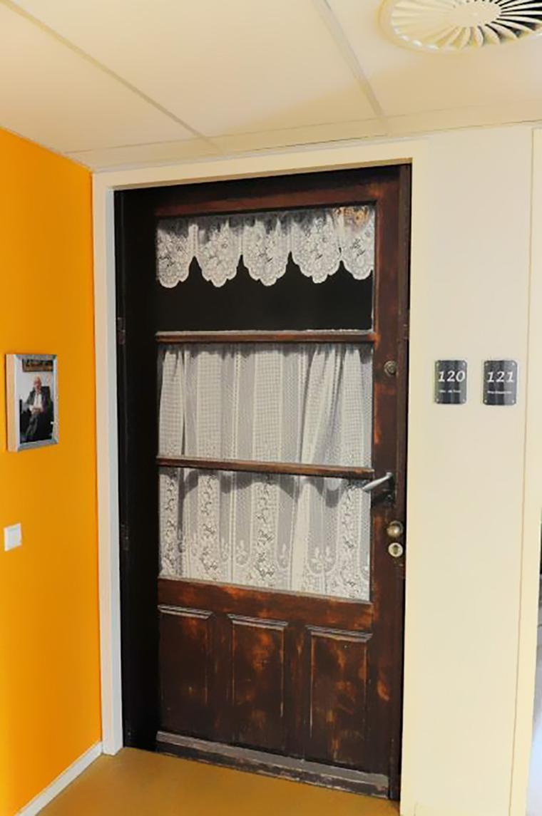 Empresa recria portas de idosos internados com demência para que possam se sentir em casa 12