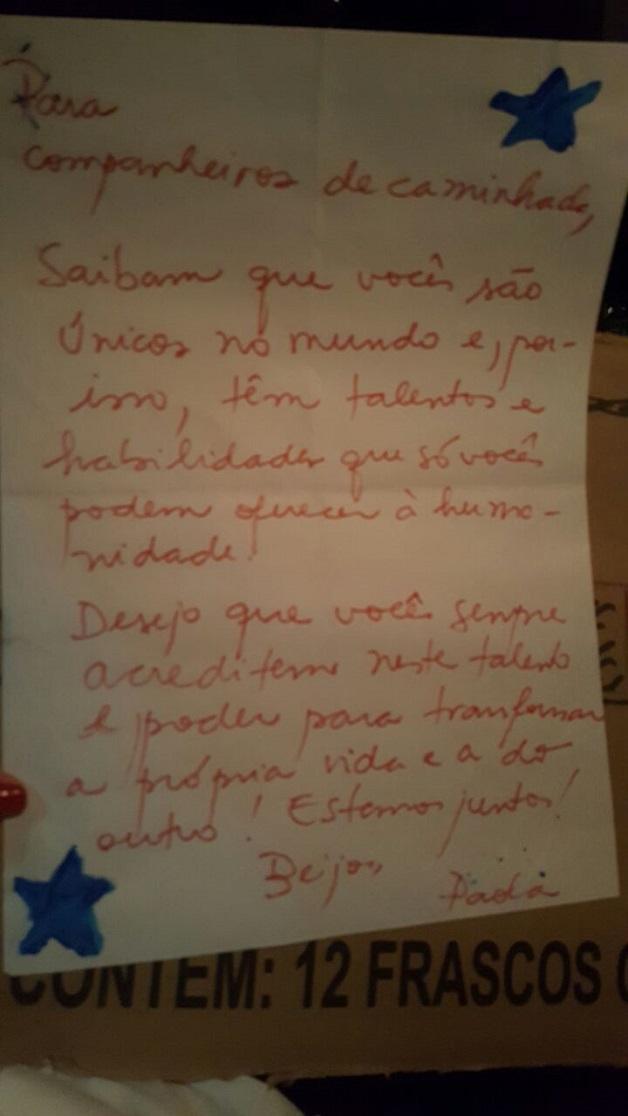 Pessoas em situação de rua trocam cartas com mensagens de estímulo, motivação e força 8