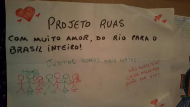 Pessoas Em Situação De Rua Trocam Cartas Com Mensagens De