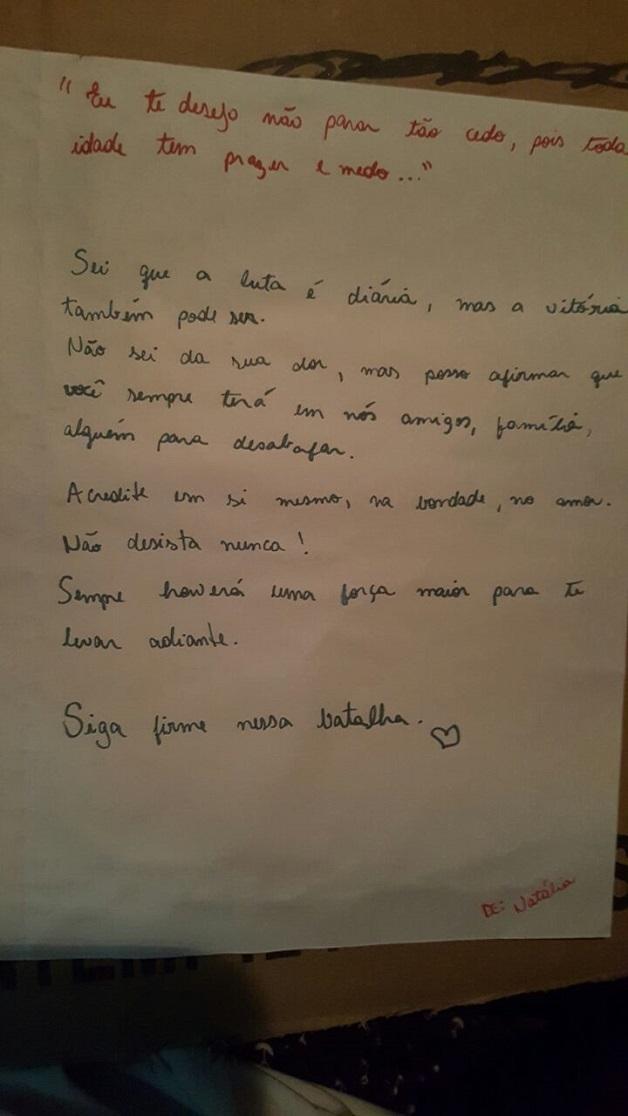 Pessoas em situação de rua trocam cartas com mensagens de estímulo, motivação e força 10