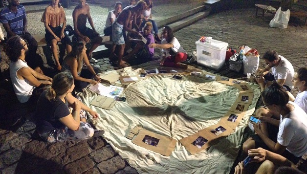 Pessoas em situação de rua trocam cartas com mensagens de estímulo, motivação e força 2