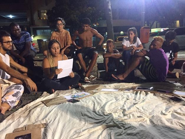 Pessoas em situação de rua trocam cartas com mensagens de estímulo, motivação e força 4