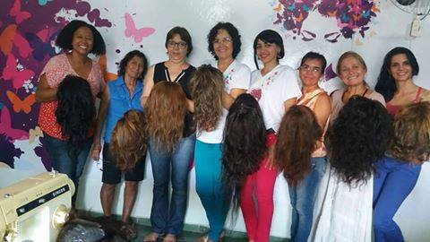 mulheres com câncer aprendem a fazer suas perucas