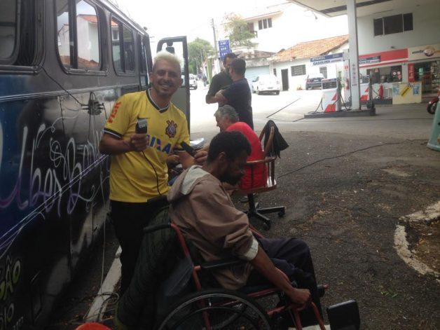ônibus-barbearia itinerante anda pela zone leste de SP