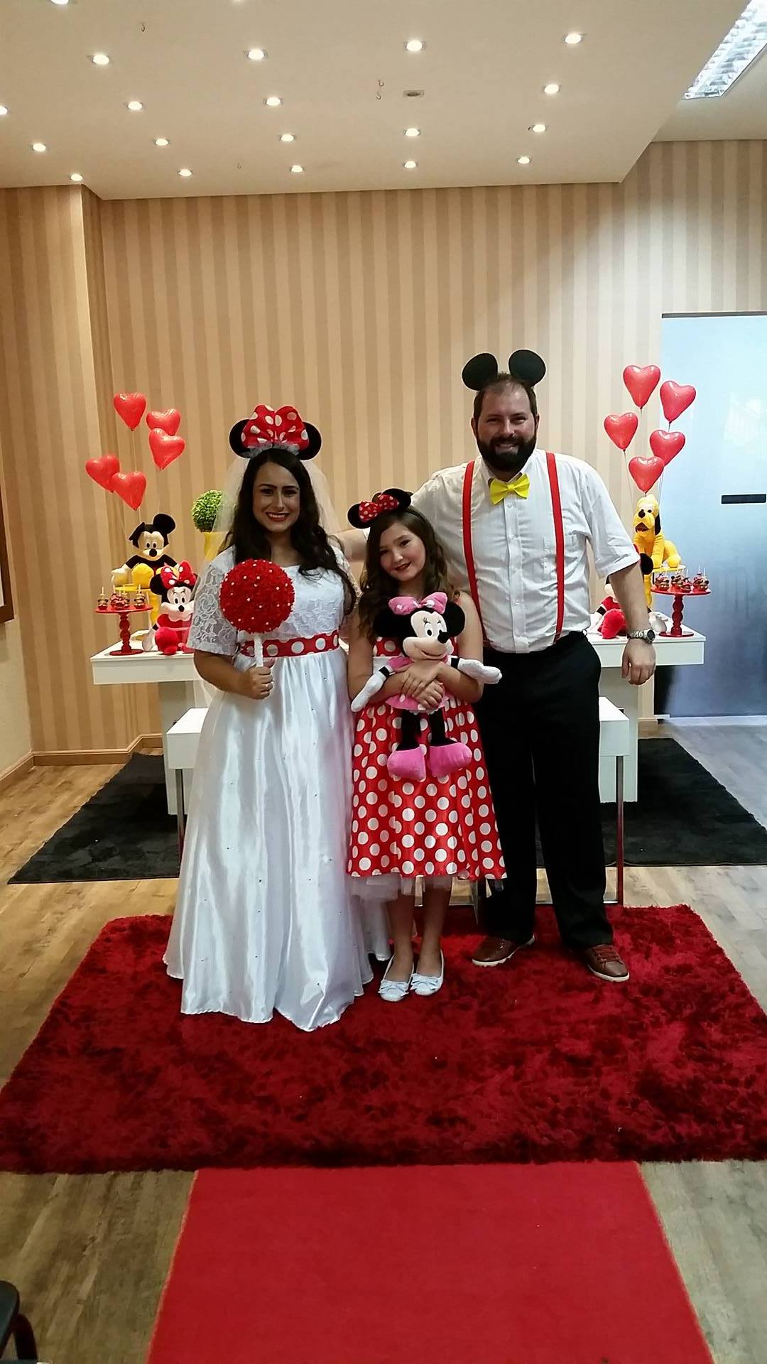 noivos posando para fotos da festa de casamento