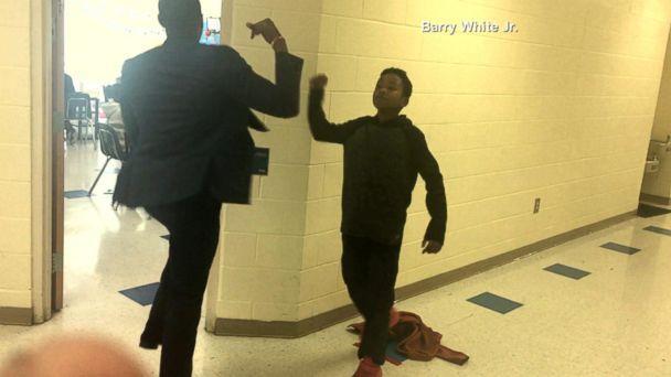professor tem um aperto de mão diferente para cada aluno