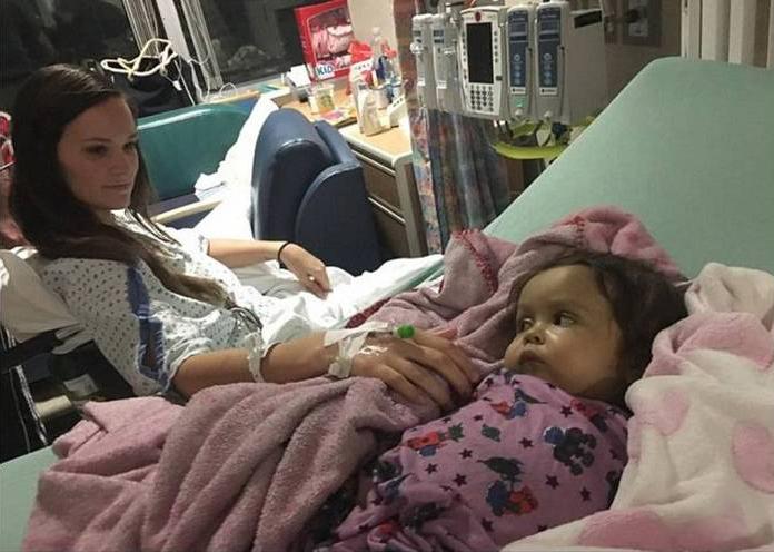 babá no hospital depois da cirurgia