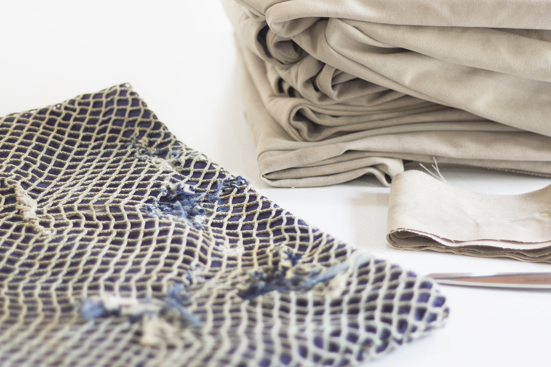 Marca slow fashion usa lonas e redes tirados do mar para criar coleção3