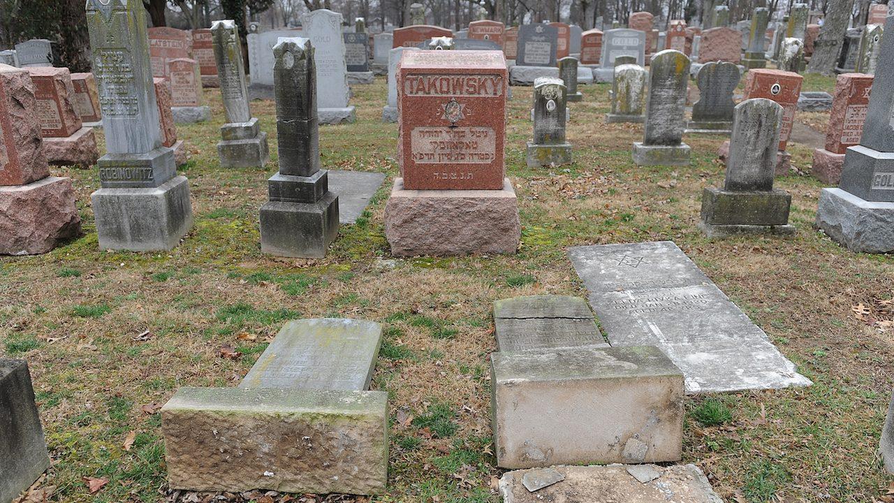 Muçulmanos arrecadam fundos para reconstruir cemitério judaico atacado