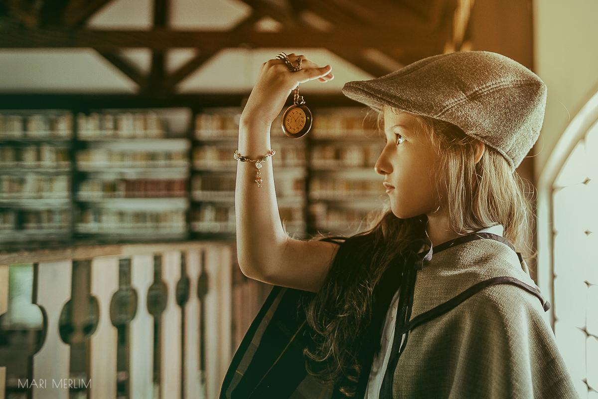 Menina vira Sherlock Holmes em ensaio 6