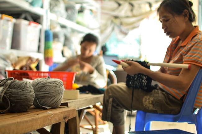 Marca do Camboja tem zero desperdício ao criar peças novas com sobras de tecidos 8