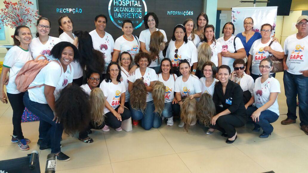 mulheres com câncer mostram suas perucas