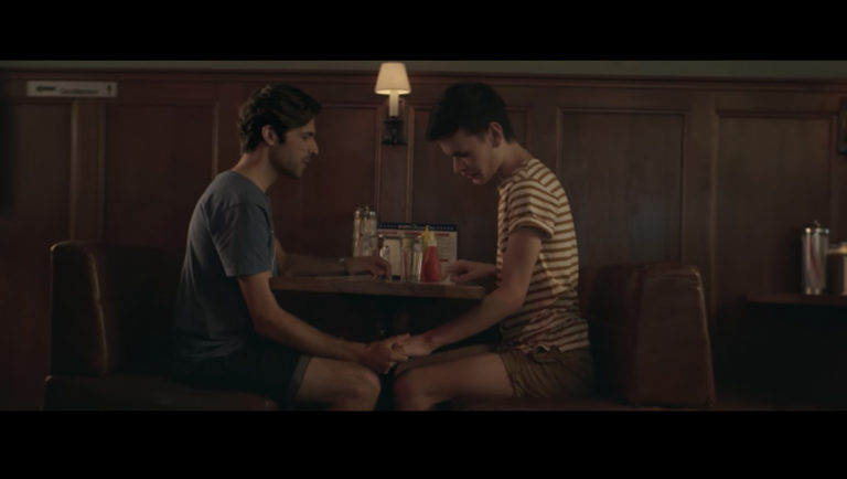 casais gays são encorajadas a ficar de mãos dadas em público