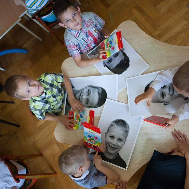 modelo ajuda crianças de instituições