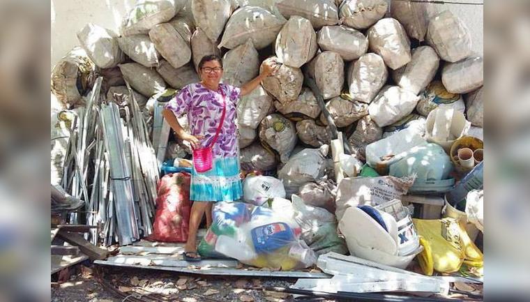 ela juntou 300kg de latinhas para ajudar no intercâmbio