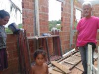 senhor constrói casas para pessoas carentes