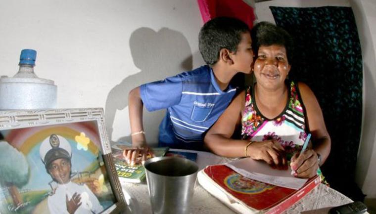 Em Natal (RN), filho de 11 anos ensina mãe catadora de lixo a ler e escrever