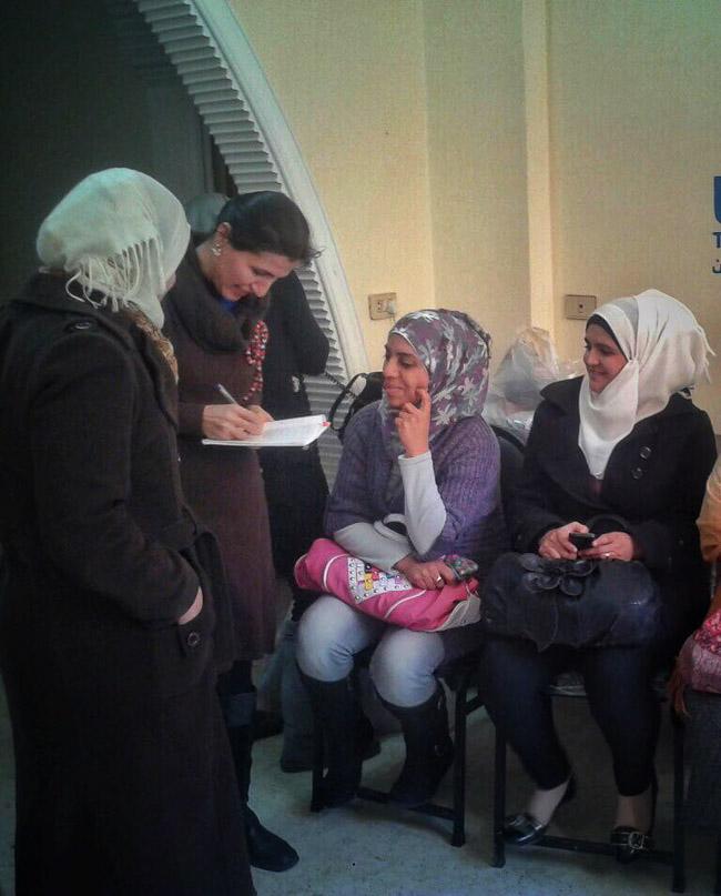 mulheres sírias recebendo as instruções