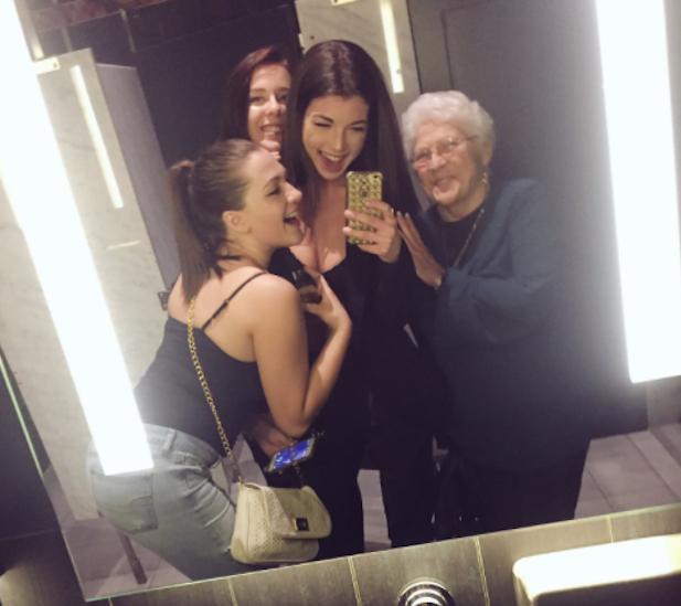 Jovens acolhem idosa que disse sentir falta das suas amigas 4