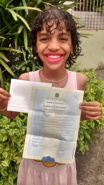 Menina trans que foi adotada recebe nova certidão de nascimento