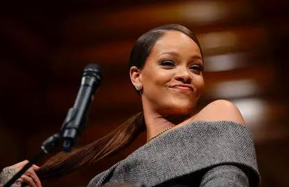 Rihanna recebe prêmio humanitário de Harvard
