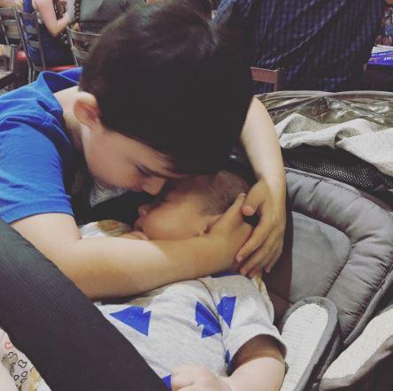 filho protege irmão