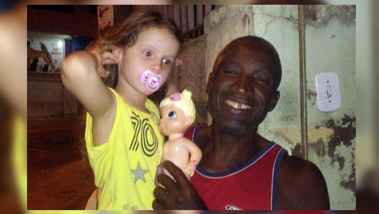 Gari vira herói de criança autista ao pular no rio e salvar sua boneca 2