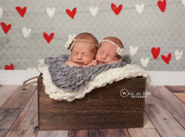 Irmãos gêmeos ganham irmãs (também gêmeas!) e inspiram conexão em foto encantadora 3