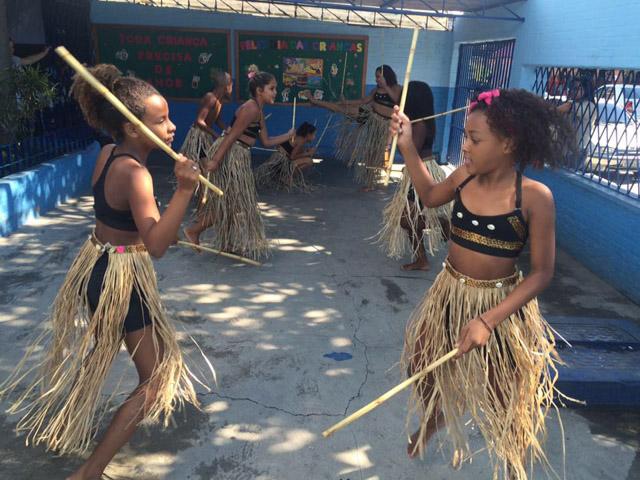 Professora insere danças africanas em escola do Rio 2