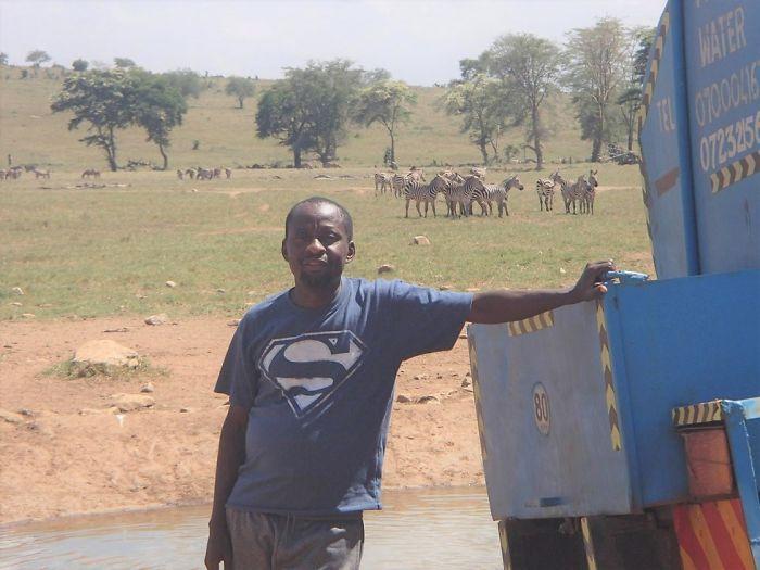 Homem viaja todos os dias para matar a sede de animais 7