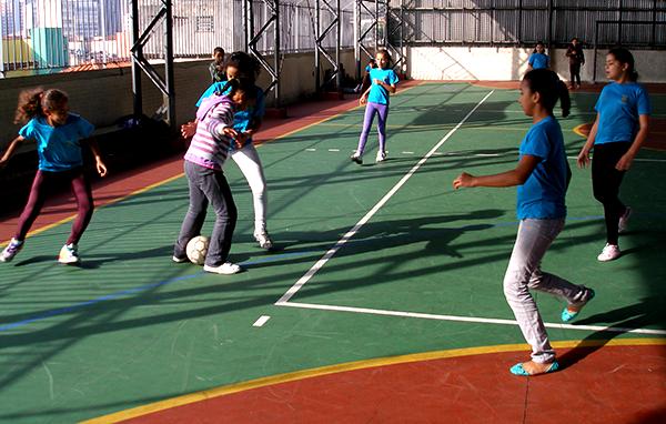Organização promove campanha para manter 400 crianças longe das ruas, praticando esportes, em São Paulo. 2