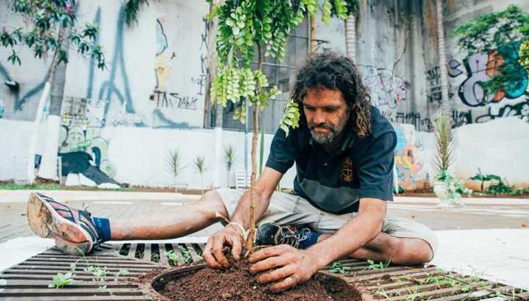 Morador de rua viciado em crack revitaliza praça no centro de São Paulo