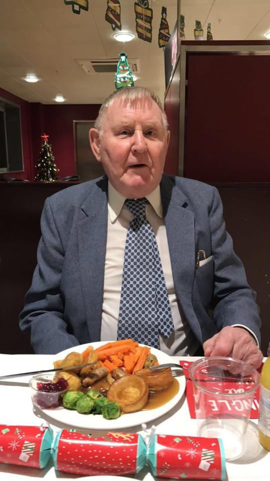 Funcionária convida cliente idoso para jantar depois de descobrir que ele não tinha amigos nem parentes