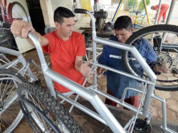 Presos transformam bicicletas roubadas em cadeiras de rodas