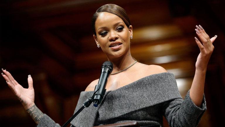 Rihanna recebe prêmio humanitário