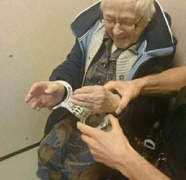 Policial 'prende' senhora de 99 anos 2