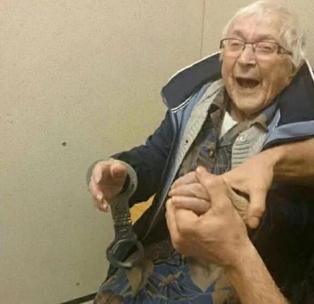 Policial 'prende' senhora de 99 anos