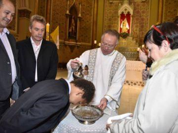 Igreja católica batiza