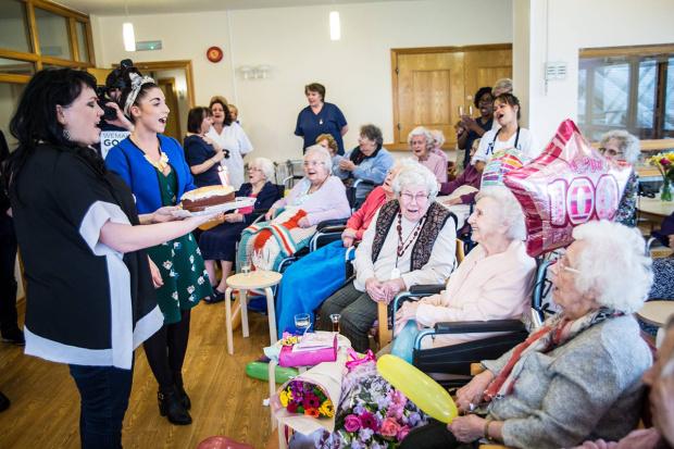 Centenária sem família ganha festa de aniversário