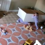 menino salva irmão debaixo cômoda