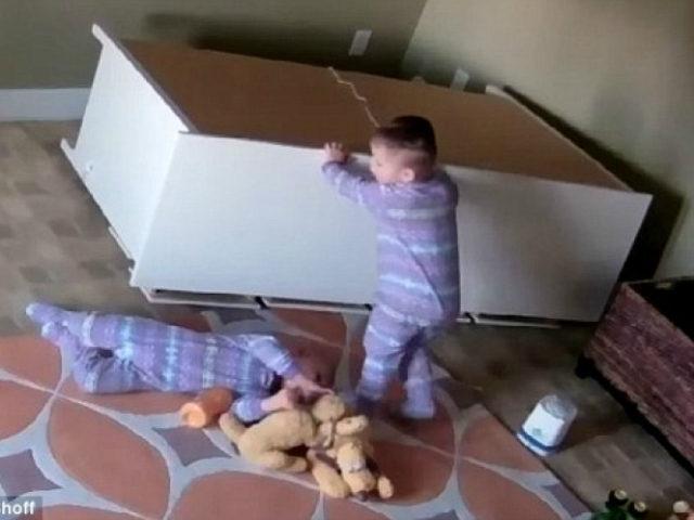 menino salva irmão cômoda