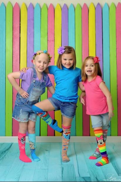 Depois de 3 anos curadas do câncer, meninas recriam foto que viralizou 4