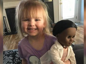 menino escolhe boneca negra