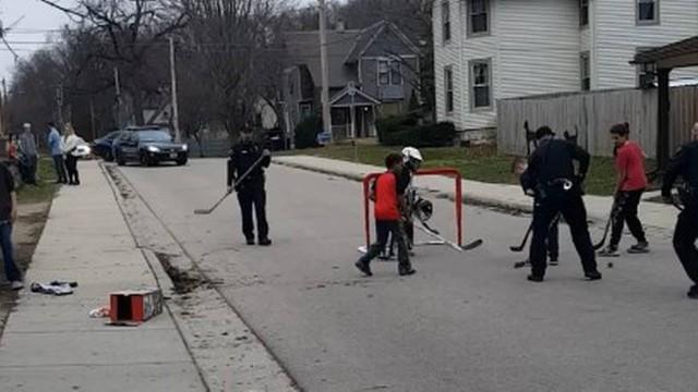 Policiais acionados para acabar com brincadeira de crianças na rua se juntam a elas quando chegam 1