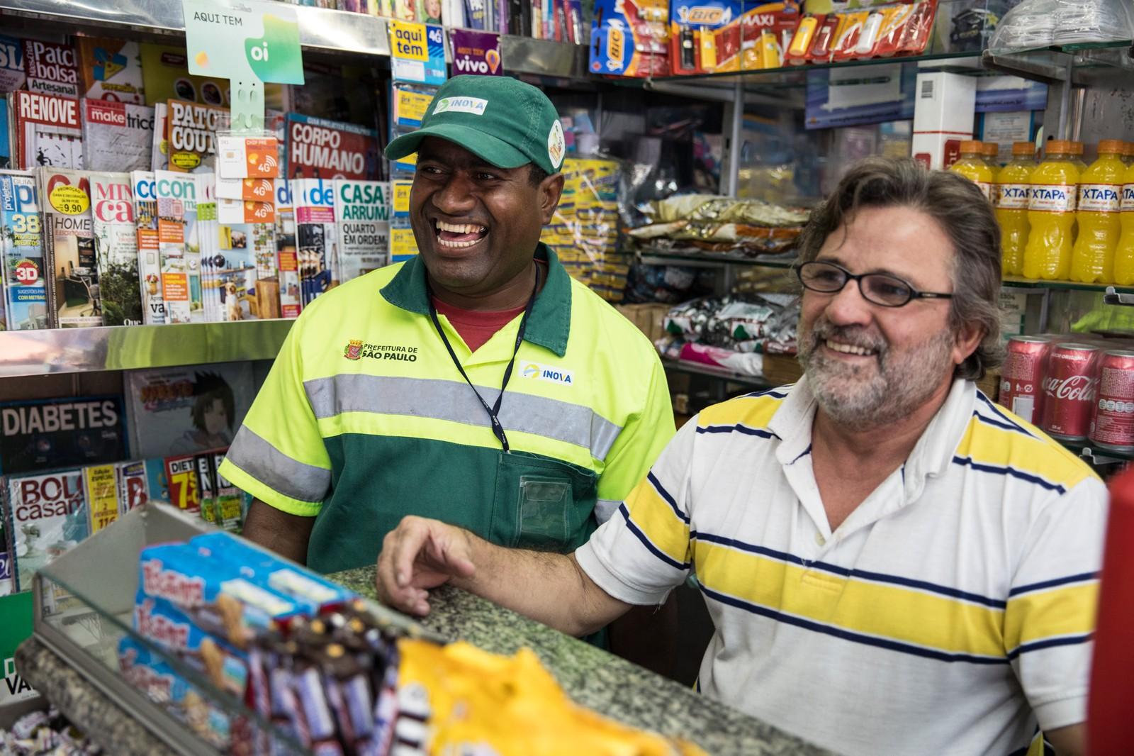 Dono de banca e gari ajudam pessoas que estão na rodoviária a voltar para casa 2