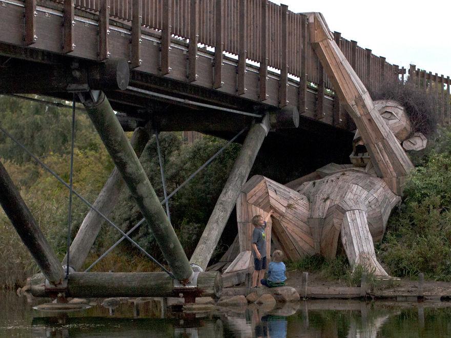 esculturas-gigante-floresta
