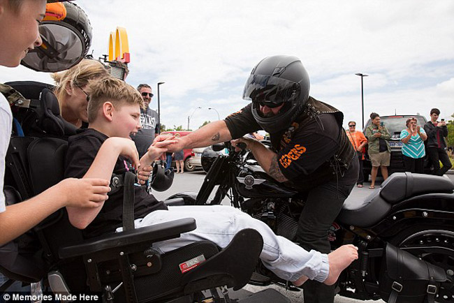 100 motociclistas se unem para animar aniversário de garoto com paralisia cerebral 3