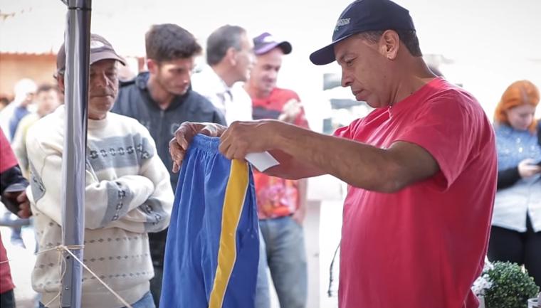 Ex-moradora de rua cria loja gratuita de roupas onde sem-teto escolhem o que querem vestir 1